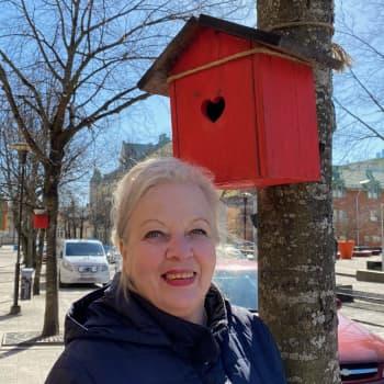 Hannele Hansson - tarjoilijana viidellä vuosikymmenellä hyväntekeväisyys sydämessä