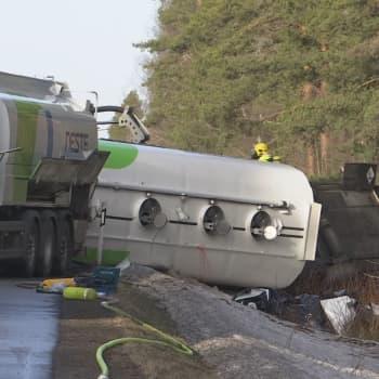 Tankbil i diket mellan Kelviå och Kannus – brännolja har läckt ut i naturen