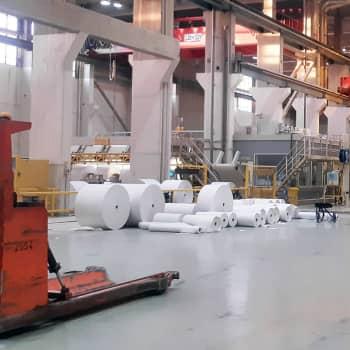 Puoliväliriihen ylle lankeaa tehtaan varjo