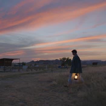 Filmsnack: Nomadland och Tyttö nimeltä Varpu