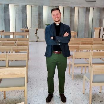 """Vandas nya kyrkoherde Kristian Willis vill göra kyrkan mer färggrann: """"Jag tror inte att kyrkan har ett annat val"""""""
