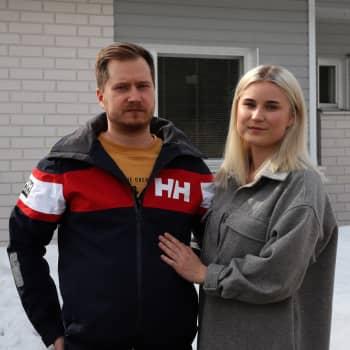 """Pariskunta Tia-Maria Korhoselta, 23 ja Tero Lehtisalolta, 36, on menossa työpaikka tehtaan mukana: """"Ei se ole maailmanloppu, elämä kantaa"""""""