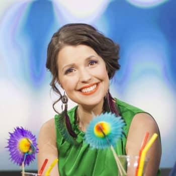 Eva Frantz presenterar de åtta första bidragen i Eurovision Song Contest 2021