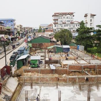 Pakkorokotuksia ja vuosien vankeustuomioita - korona runtelee autoritaarista Kambodžaa