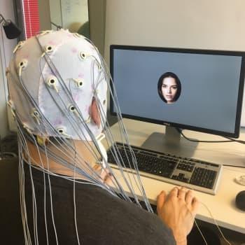 Aivokäyttöliittymä – voiko älylaitetta ohjata ajatuksen voimalla? Miten ihminen ja tekoälyjärjestelmä saadaan keskustelemaan?