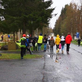 Koululaiset siivoavat luontoa Kemissä teemaviikon aikana – Roskapussit täyttyivät hetkessä monenlaisista roskista