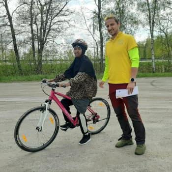 Pyöräilyn alkeiskurssi aikuisille tarjoaa lyhyessä ajassa iloisia onnistumisia