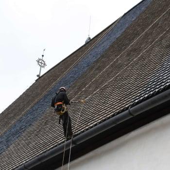 Borgå domkyrkas tak har fått tjära