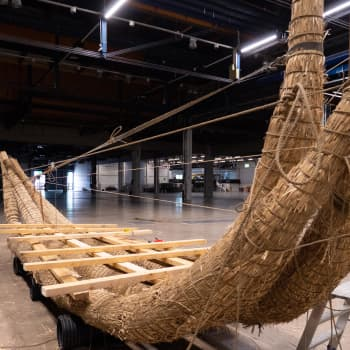 """Kari """"Ruffe"""" Nurmi rakensi massiivisen kaislaveneen ja aikoo seilata sillä Tallinnasta Helsinkiin"""