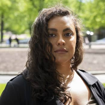Jasmine Kelekay är enväldig domare för Svenska Yles litteraturpris 2021