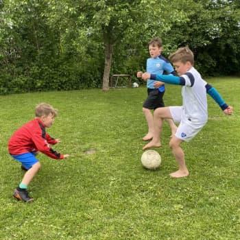 Rasmuksen perheessä eletään jalkapallon viitoittamaa tietä temppuja harjoitellen