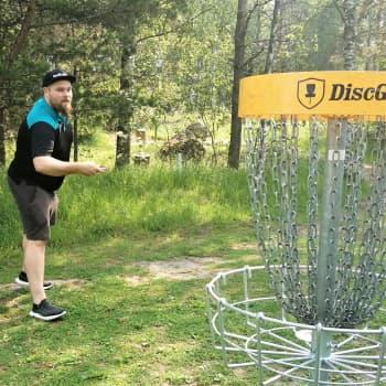 Frisbeegolfin suosio kasvussa - Vaasan kenttiä parannetaan 50 000 eurolla.