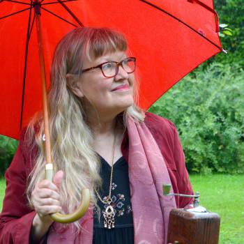 Två solröda segel, en gul ros och en klosterträdgård - i Kaffekvarnen...