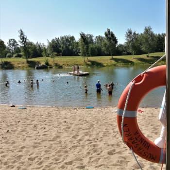Ulkona järjestettät uimakoulut edelleen suosittuja - edes kylmä sää ei estä oppimista