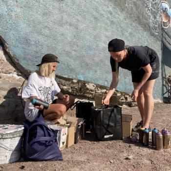 Mimmit peinttaa -taidekollektiivi saapui rundillaan Kotkaan
