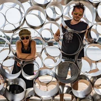 Tornionjoen rannalla komeileva Kojamo-teos on löytänyt torniolaisten sydämiin – taiteilijaparin teoksia rakentuu ympäri Suomea
