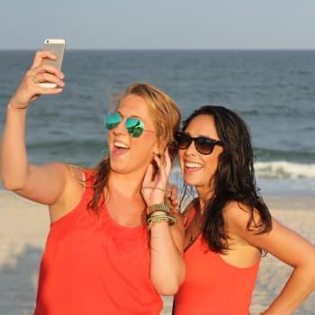 Selfiet – pinnallista narsismia vai arvokasta näkyvyyttä? Kuntavaaleissa ja aktivismissa omakuvilla viestitään harkitusti