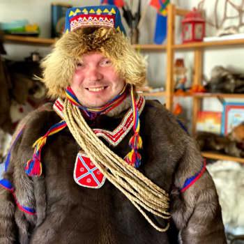 Geasseguossi Semen Bolshunov bargá bohccuiguin ja turisttaiguin, duddjo ja lea maid ámmátdánsejeaddji