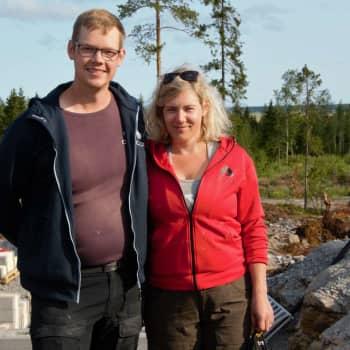Ben och Linda Tuomela bygger eget hus vid Söderfjärdsbacken och hoppas på lägre priser inom byggbranschen