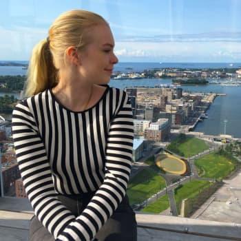 Då det blåser svajar kristallkronan och molnen täcker ibland utsikten – Emiliana bor i Finlands högsta skyskrapa