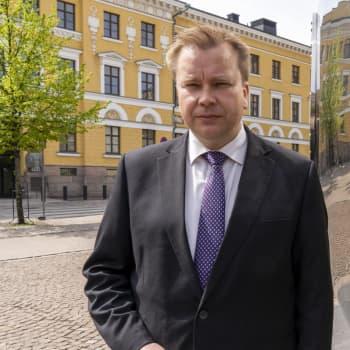 """Puolustusministeri Antti Kaikkonen: """"Hävittäjäratkaisu tehdään joulun alla"""""""
