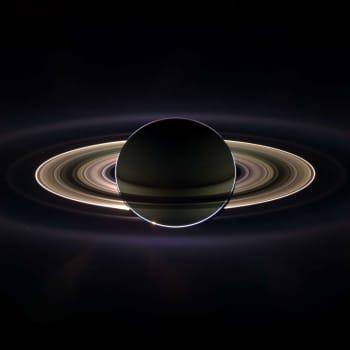 Veckans vetenskapsnotiser - om drönare till Saturnus månar, segelfraktfartyg, kvinnor i nyheter och skogsplanteringar.
