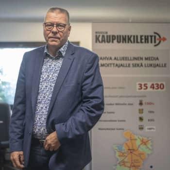 """""""Kehottaisin, että ihmiset miettisivät asioita ihan itse"""" - eläköityvä päätoimittaja Tapio Honkamaa tuomitsee liian populismin"""