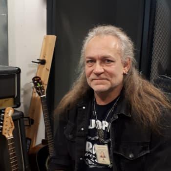Heavykitaristi Sakari Hietala näkee musiikin voiman myös leipätyössään: On mahtavaa, kun nuorten tukat heiluvat ja rokki soi