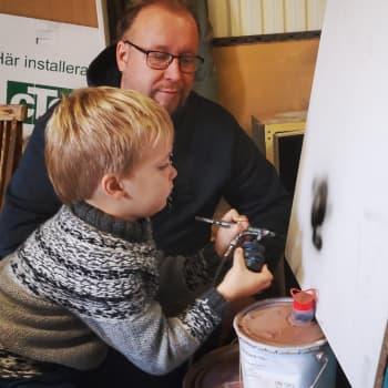 Kynäruiskumaalari Mika Jefremoff loihtii taidetta 30 vuoden kokemuksella – myös 5-vuotias Mikael innostui isänsä jalanjäljille
