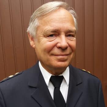 """Palomestari paketoi 42 vuoden kokemukset kirjaan: """"Kyllä se palomiesten naamasta näkyy, jos on saatu jonkun henki pelastettua"""""""
