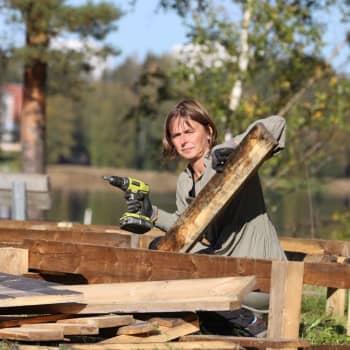 Taiteilija Hanna Vahvaselkä rakensi ja purkaa välittömästi valtavan obeliskin paikan päällä
