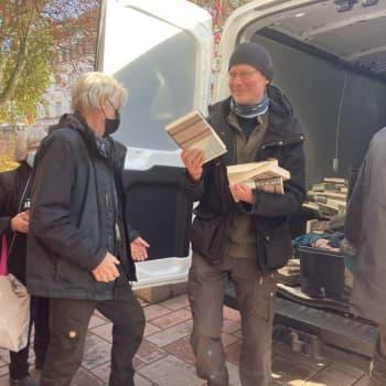 Eroon Niemestä -kiertueella kirjailija ja teatteriohjaaja Juha Hurme luennoi kielestä ja jakaa kirjojaan ilmaiseksi