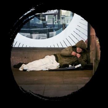 Mieli järkkyi ja nälästä kärsittiin - korona koetteli Englannin kodittomia