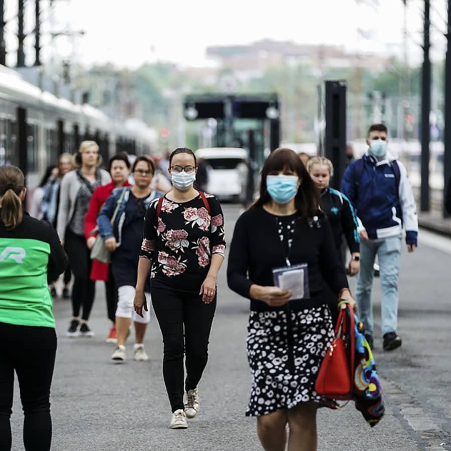 Terveyskäyttäytymisen tutkija Pilvikki Absetz: Viranomaisten kasvomaskiohjeistus on ollut ristiriitaista