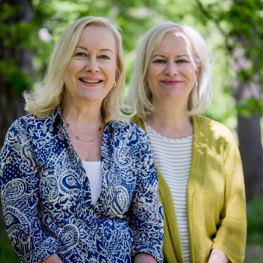 """Lastenkirjailijat Sinikka ja Tiina Nopola ruotivat sisaruutta ja 60-lukua: """"Olenko minä joku yksilö? Enemmänkin kaksilo"""""""