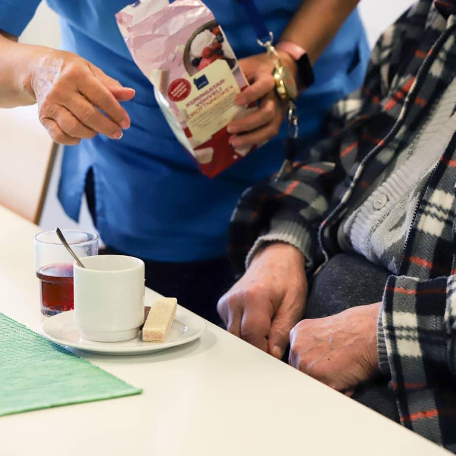 Tiukempi koronakuri ja rokotusten vauhdittaminen tarpeen vanhusten suojaamiseksi