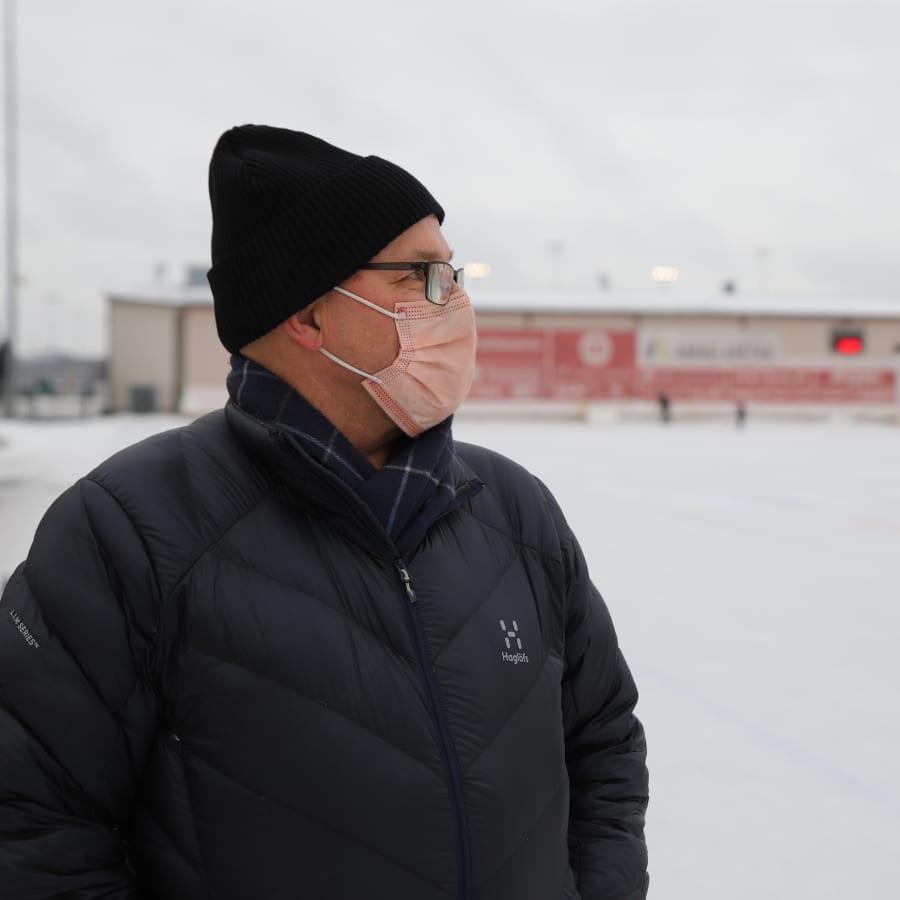 Erkki Väkiparta pelasi itsensä jääkiekon SM-liigan historiaan - kunnes jääpallosta kasvoi elinikäinen harrastus
