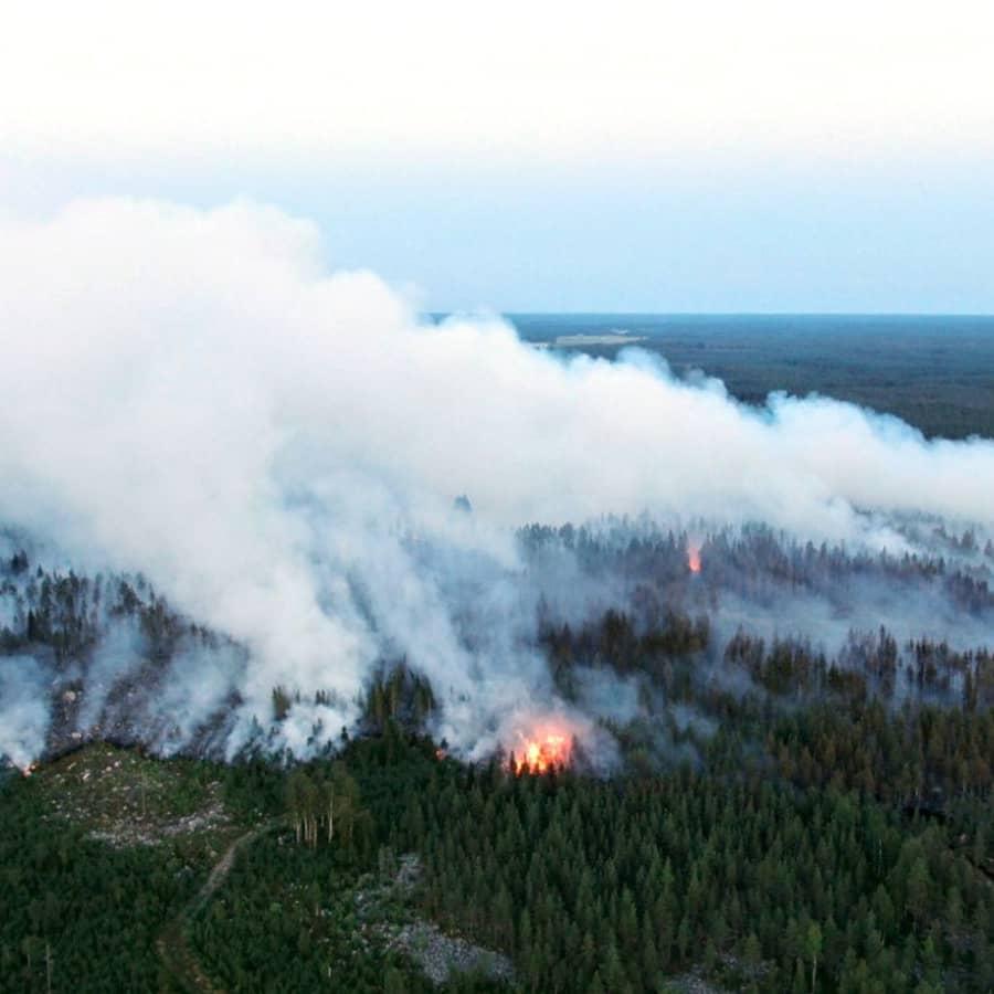 Räddningsarbetare sliter med att kontrollera branden i Kalajoki