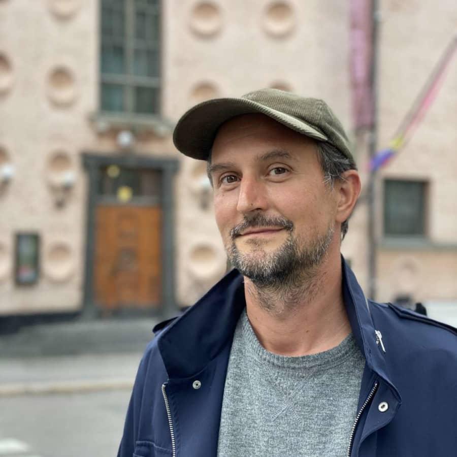 """""""Konsten kan påverka en på oväntade sätt"""" – Hans Rosenströms hyllade utställning om sinnen landar i Helsingfors"""