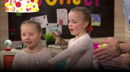 Lilli och Nana visar cheerleading