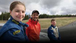 Jontti pratar med Ina och Casper om att köra rally