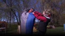 Malin hjälper Jontti ur sovsäck