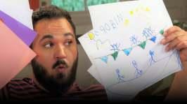 Emil tittar på teckningar