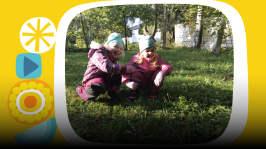 Serkukset Ella ja Eveliina puuhailevat pihalla ja yrittävät keksiä uusia ulkoleikkejä. Miksi liikkumisesta tulee niin hyvä olo? Pikku Kakkosen oma podcastsarja Peetun podi päästää lapset ääneen. Toimittajana Ida-Maria Bergman.