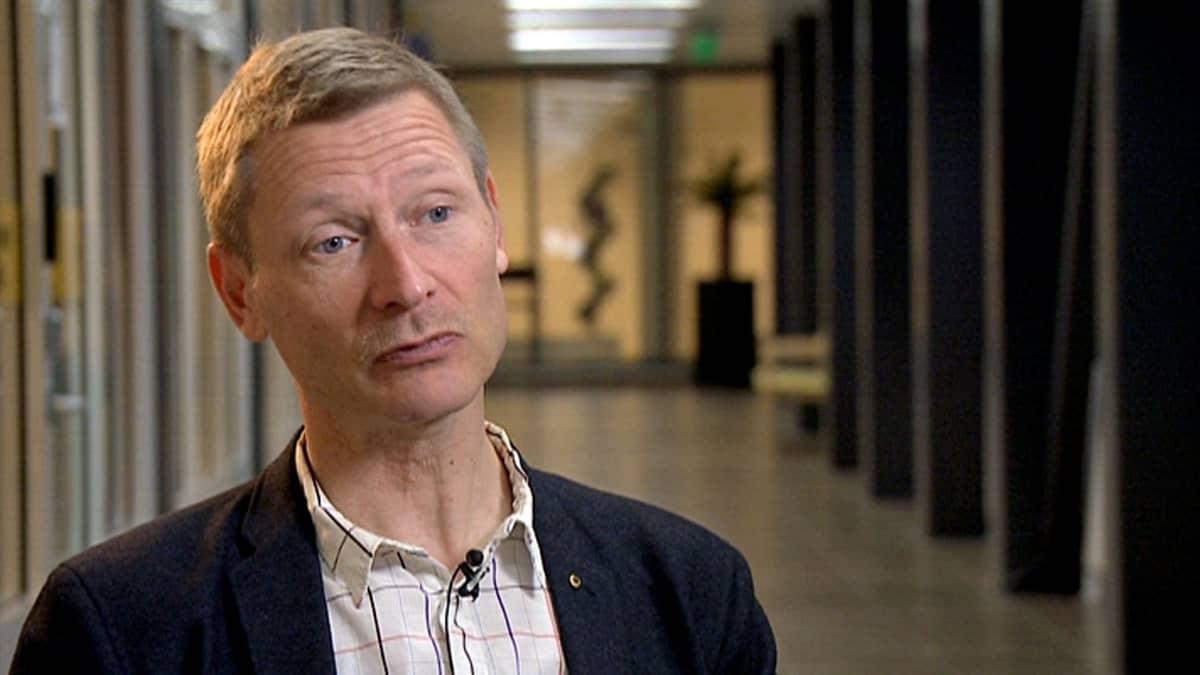 Epidemiologian professori Anssi Auvinen haastattelukuvassa.