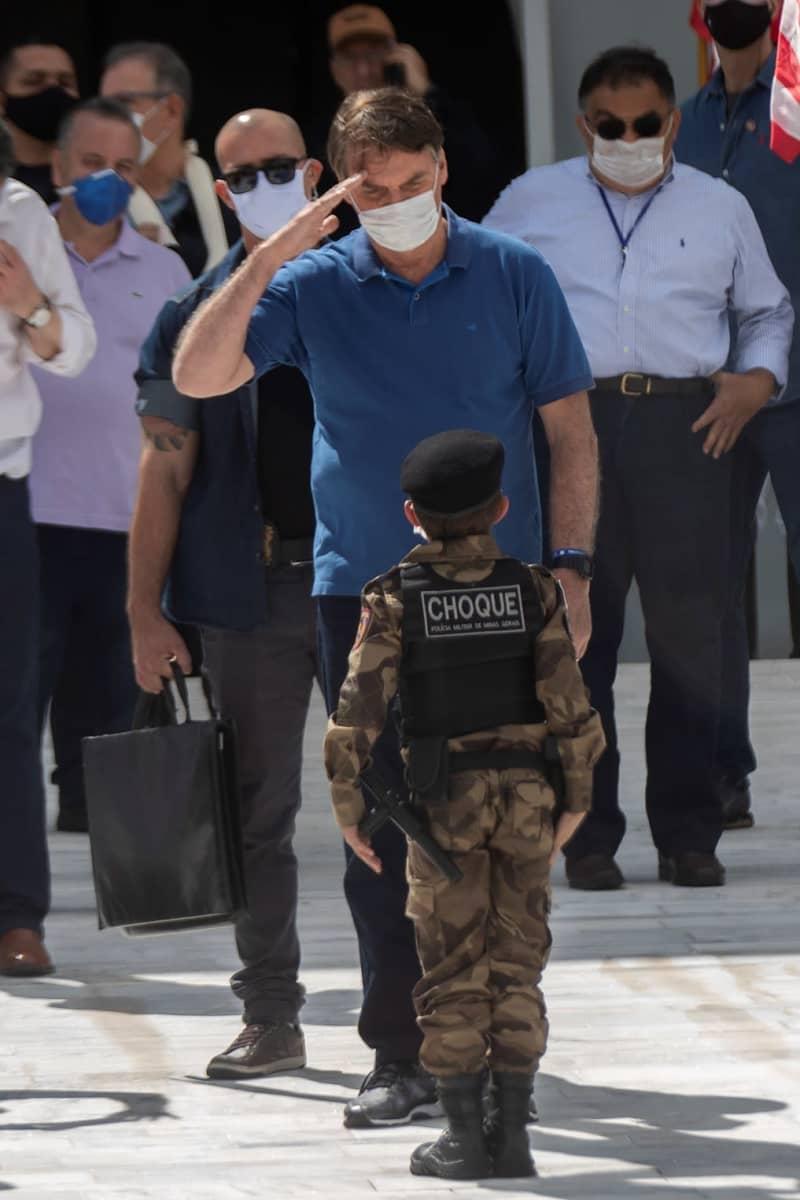 Presidentti Jair Bolsonaro tervehtii sotilaspuvussa olevaa lasta mielenosoituksessa Brasilian kaupungissa 17. toukokuuta.