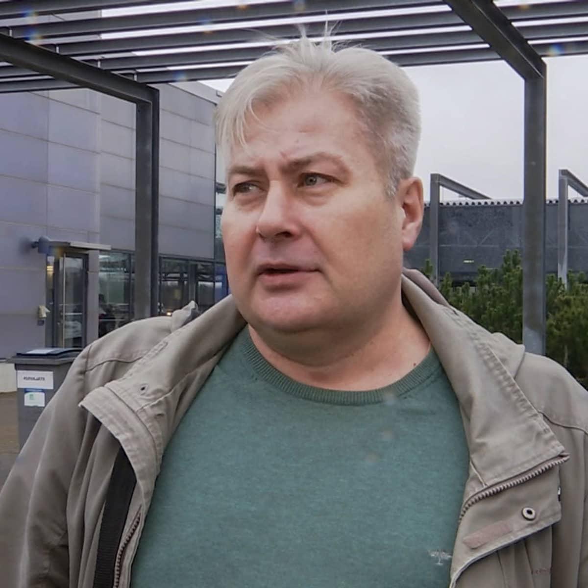 Venäläinen mies Nuijamaan raja-asemalla.