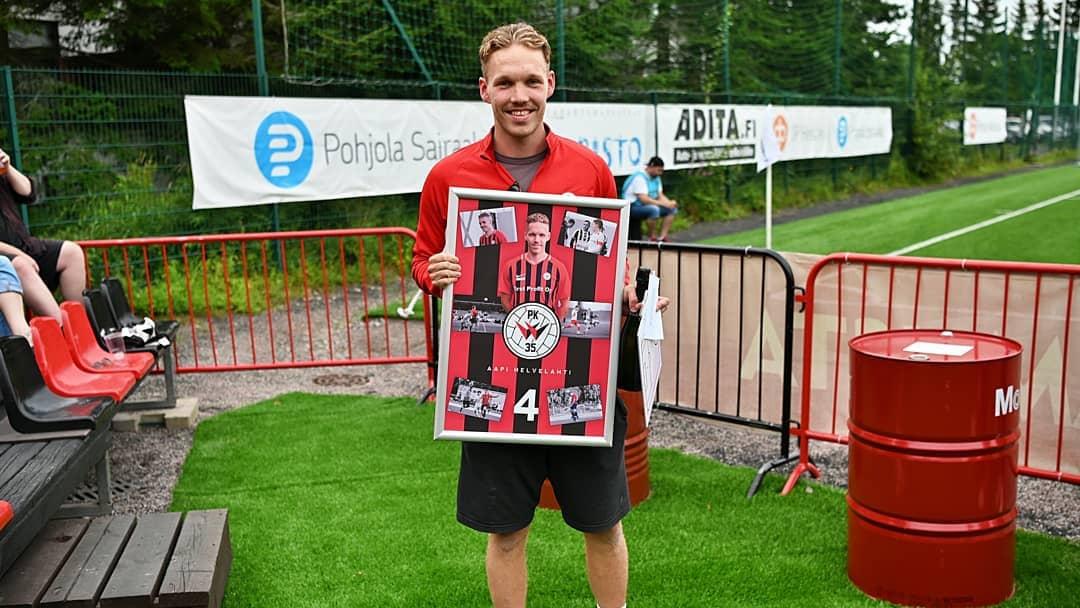 Sydänvaivojen vuoksi uransa lopettanutta Aapi Helvelahtea muistettiin PK-35:n kotiottelussa.