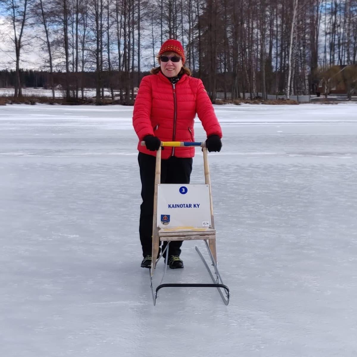 Pyhäjärvi-instituutin toiminnanjohtaja Teija Kirkkala potkukelkkailemassa Köyliönjärven jäällä.