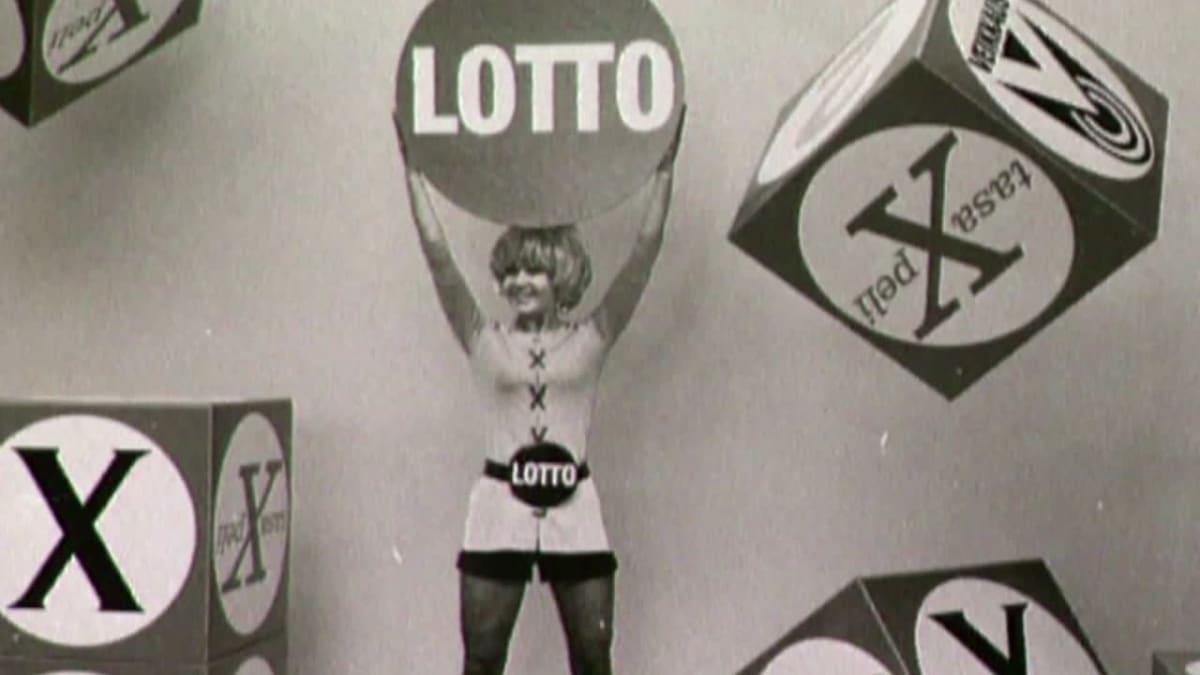 Vanha kuva Lotto-palloa pitelevästä naisesta.